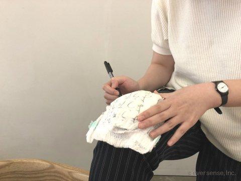おむつ 手書き 名前 膝で書く