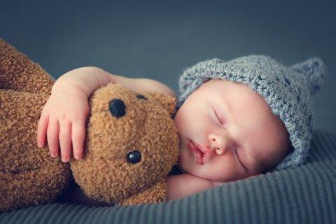 赤ちゃん ぬいぐるみ 添い寝 くま 寝る