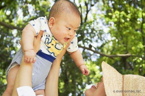 笑顔の赤ちゃんとママ