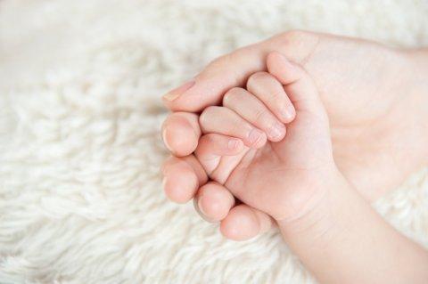 親子 赤ちゃん 手