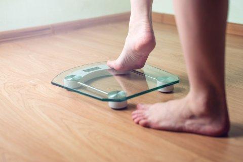 体重計に乗る 女性