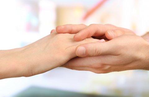 ママの手を握る