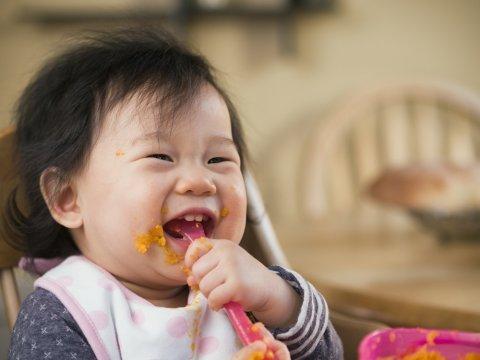 つかみ食べ 赤ちゃん