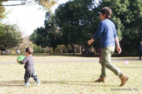 赤ちゃん 公園 パパ 遊ぶ