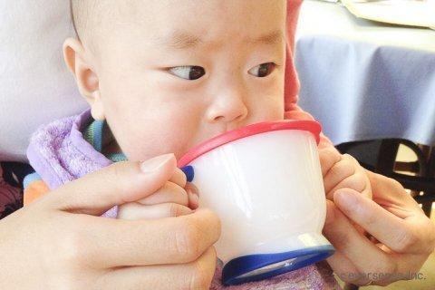 赤ちゃん コップ飲み
