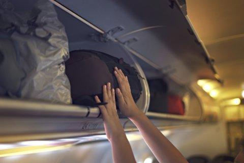 飛行機 荷物置き