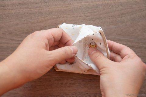 縫わないマスク 両面テープを貼る2