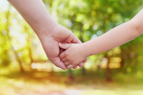 歩く 手をつなぐ 外出 パパ ママ 幼児