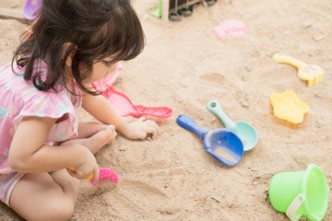 砂場 子ども 女の子 公園